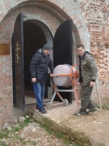 Бетономешалка для ремонтных работ в церкви