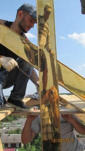 Установка креста на куполе храма Рождества Богородицы в Пречистом бору. 18.08.2017