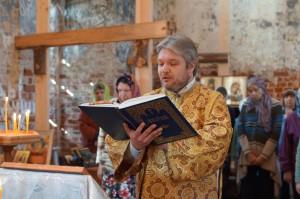 Дмитрий читает Апостол.