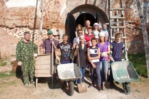 Волонтеры на субботнике у храма в Пречистом бору.